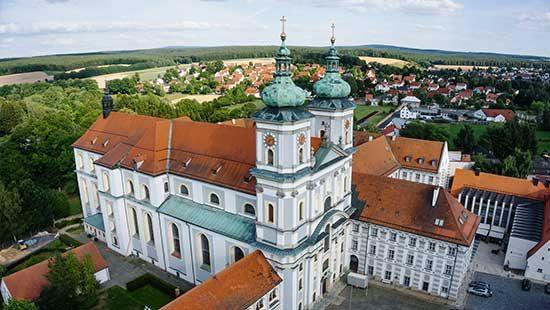 Luftansicht Basilika des KUBZ - Kultur und Begegnungszentrum Abtei | Kondrauer Mineral- und Heilbrunnen