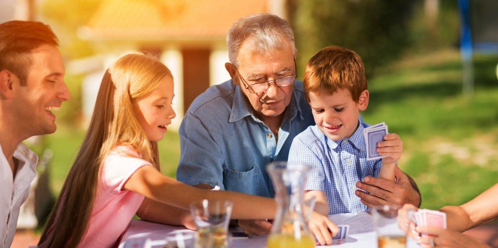 Familie beim Kartenspielen | | Kondrauer Mineral- und Heilbrunnen