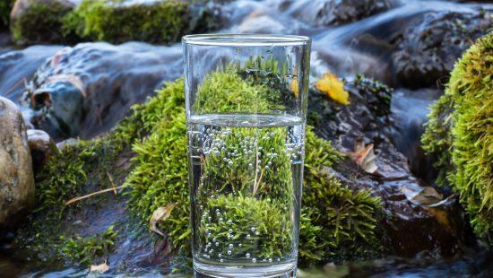 Wasserglas in Fluss | Kondrauer Mineral- und Heilwasser