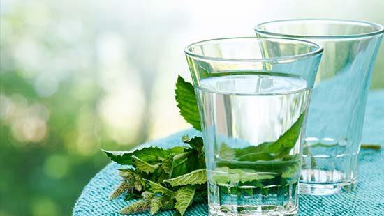 Wasserglas auf Tisch | Kondrauer Mineral- und Heilbrunnen
