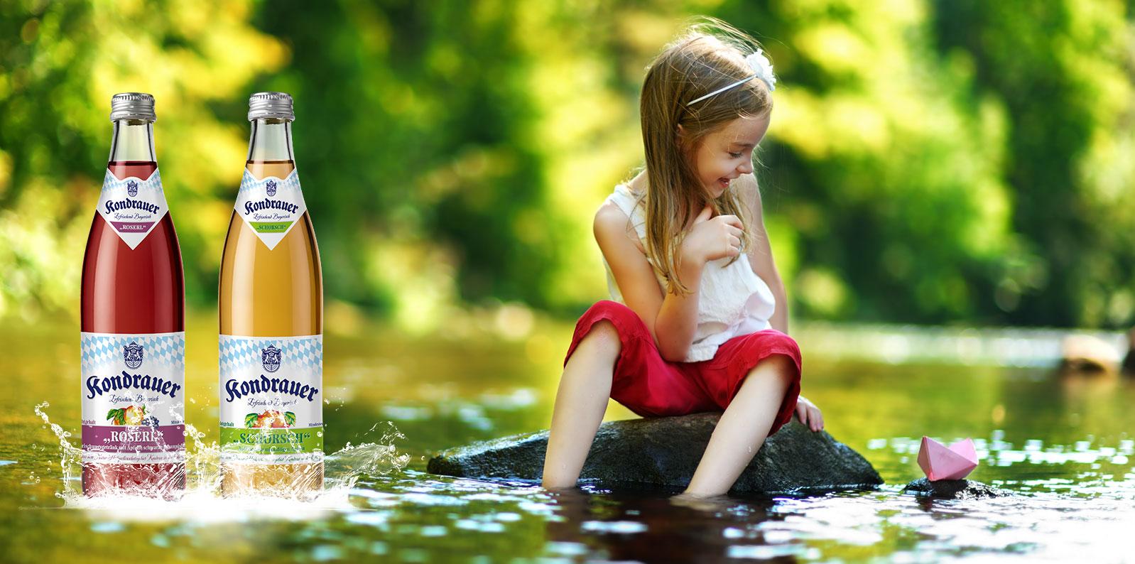 Mädchen mit Papierboot im See sitzend