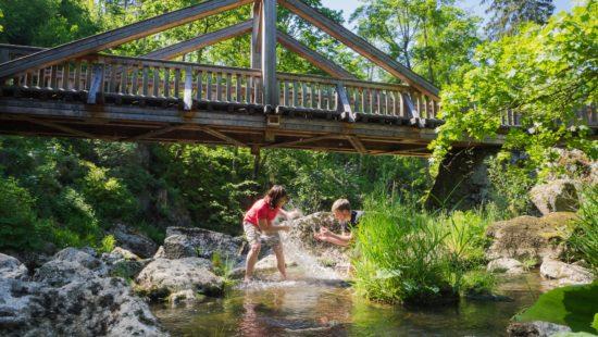 Brücke über Fluss mit zwei Menschen